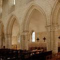 Nef et ses cinq travées dont la cinquième a été murée en 1699 pour résister au poids du clocher.