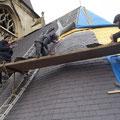 Travail délicat sur croupes triangulaires de la toiture.