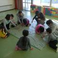 H25.12.17 直別共栄線 防B7-170改良工事において、浦幌町立厚内幼稚園の園児6名とともにクリスマスのイルミネーションを作成しました。