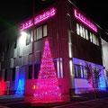 H31.10.26 「ひろおサンタランドツリー点灯式」に合わせて、ツリー型イルミネーションの点灯を始めました。6年目となる今年から、南十勝支店に加えて新築移転した本社でも設置を始めました。