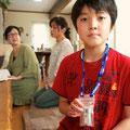 Junge mit Dosimeter (stellt nur die Gesamtbestrahlung fest).