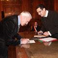 Jean-Pierre Durrieu signe le renouvellement de l'acte fondateur de la Confrérie