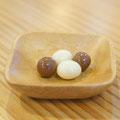 ローストしたコーヒー豆をチョコで包んだお菓子。カリッとした食感がアクセントに!サービスドリンクと一緒にどうぞ。