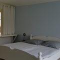 Blick vom Zimmer in Flur und Küche
