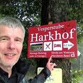 Und am Ende der Tour führen jede Menge Schilder zum Harkhof