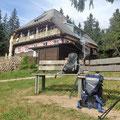 Kumpel und Maries Rucksack machen Pause an der Darmstädter Hütte