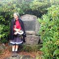 Martina am Ehrenmal von Philipp Bussemer, einem der beiden Pioniere des Schwarzwaldvereins