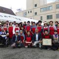 浅井さんとパチリ(赤いエプロンはメンボラ友の会会員の皆様です。)