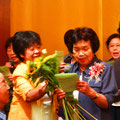 浅井会長に感謝をこめて花束を