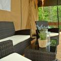 Loungemöbel auf den Safarizelt-Holzterrassen  © Naturcamping Zwei Seen am Plauer See/MV
