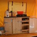 Kitchenette im Safarizelt © Naturcamping Zwei Seen am Plauer See/MV