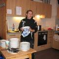 Was für ein schöner Anblick: Trainerin Shpresa beim Abwasch!