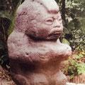 """estatua del Parque la Venta, el """"mohican"""" con su recipiente de ofrendas"""