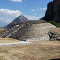 La pirámide oval en Chalcatzingo, en el trasfondo el Popocatépetl