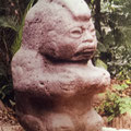 """die """"Mohikaner""""-Statue im Parque la Venta, mit seinem Gefäss für Opfergaben"""