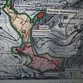 """die grüne Linie markiert die """"Keltenmauer"""" mit den 2 kurzen Quermauern, die den heiligen Bezirk in 3 Teile gliederten (rot ist das Kloster)"""