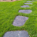Trittplatten aus Schiefer in Rollrasen durch GreenFairway e.K.