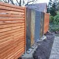 Bau von Splittgabionen und Steinwänden (Schiefer) in Kombination von Holzsichtschutzelementen von GreenFairway e.K.