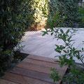 Garten, Terrassengestaltung, Gartengestaltung mit Keramikfliesen von Emperior inkl. Splittgestaltung mit Jura Edelkies und einer Bangkirai Holzbrücke als Anschluss zum Garten, GreenFairway e.K.