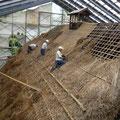 屋根を葺き始めました。地道な作業です・・
