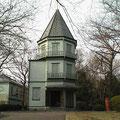 眺峯館:富士市指定有形文化財 3階建で正8角形、避雷針つきのトタン屋根で 明治25年に料理店の玄関として建てられた建物です