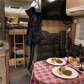 Der Tisch im Wohnmobil ist gedeckt, Hymer ML-I 570