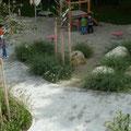 Sandspielbereich und grüne Lounge
