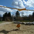 Sandkreise und aufgerolltes Segel