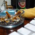 Bier Computer und Zigaretten Tastatur