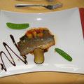Wolfsbarschfilet mit Minitomaten-Zucchinigemüse, Knoblauch-Pinienkernbutter und Auberginenchip