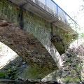 Pluwig. Eisenbahnbrücke. (Ansicht von Schöndorf aus). Im Brückenkopf jeweils ein kleiner Sekundärbogen aus Natursteinmauerung!