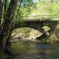 Pluwig. Eisenbahnbrücke. (Ansicht von Schöndorf aus). Im Brückenkopf jeweils ein kleiner Sekundärbogen aus Natursteinmauerung.