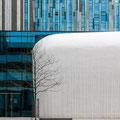 Universitäts-Neubau - die Außenseite des Audimax wirkt wie ein gestrandeter weißer Wal