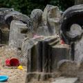 Schuttreste vom gesprengten Stadtschloss formen einen Sandkasten