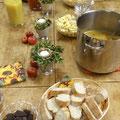 """Herbstlich gedeckter Tisch mit Erzeugnissen aus der Natur und des fairen Handels: Kochevent mit der Steuerungsgruppe """"Bad Nauheim - Fairtrade-Stadt"""" am 15.10.2015, Foto: Beatrix van Ooyen"""