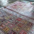 Lavaggio tappeto trieste-il tappeto viene bagnato da una sostanza particola che fissa i colori in maniera che nelle fasi successive il tappeto non si rovini
