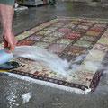 Pulizia tappeti trieste-viene irrigato d'acqua attraverso una pompa assicurandosi che il tappeto sia completamente bagnato