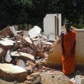abgerissenes Kindergartengebäude und ein Mönch