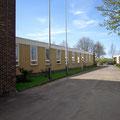 Einfahrt und Verwaltungsgebäude