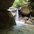 岩をくぐって次の滝へ