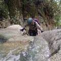 きれいな滝は滑りやすい