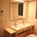 ダブル洗面台なので朝晩の混雑時もスムーズに身支度できます♪ 設備:ダブル洗面台、洗濯機×2、乾燥機×1、インターホン