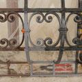 Detailansicht Musterfläche für die Neufassung des schmiedeeisernen Korbgitters (laut Befund Querschliff) in klassischer Ölfassung