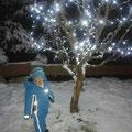 Daniel und der beleuchtete Weihnachtsapfelbaum