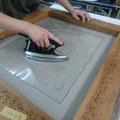 5日コースの午前の作業-DAY4 裏打ちをするためにシート状の糊を貼る(キャンヴァス側)