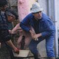 A gauche : Cacagne, le tueur landais de cochons.