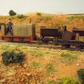 Feldbahn-Diesel auf dem Weg zur Tongrube an der mobilen Tankstelle