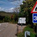 Die Strassen in den Pyrenäen schlängeln sich den Berg hoch