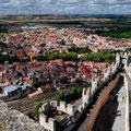 """Blick vom """"Castillo de Peñafiel"""" auf die Stadt am Duero Fluss"""