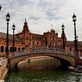 """Eine der vielen Brücken auf dem """"Plaza de España"""" in Sevilla. Auf dem Wasser kann man Ruderboot fahren!"""